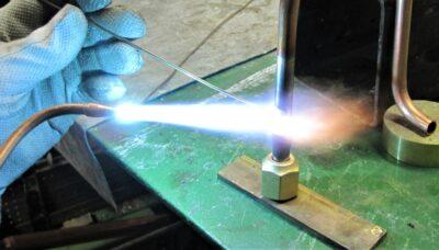 feuer auf metallstab