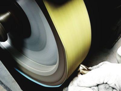 metallstück wird geschliffen